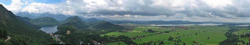 800px-Neuschwanstein_Fernblick_pano2